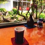 料亭 美登利 - ドリンク写真:中庭を眺められるカウンター まずは紫蘇茶でほっこり♡