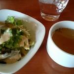 26号くるりんカレー - 平日ランチに付くサラダとスープ