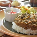 エアーズロック・カフェ&ダディードーナツ - 料理写真:エアーズロック型のこだわりのドライカレーです。