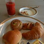 65887332 - パン&ヨーグルト&トマトジュース