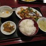 東海酒家 - 鶏肉と唐辛子の炒めでございます