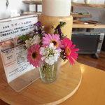 小さな宿&レストラン しいの木やま - テーブルに飾られた小花