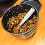 ラーメンしのはら - 卓上には辛子高菜も置いてあります。