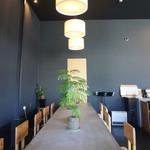 コブケ コーヒー - 倉庫をリノベした空間は天井が高く開放感あります