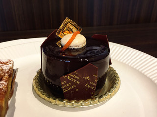 サンニコラ 香林坊店 - ラファロ@お店の看板ケーキ。グラサージュショコラの下はムースショコラ、オレンジクリームブリュレ。マカロンの帽子かぶってる♪