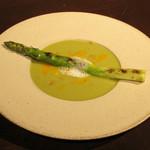legno - ・アスパラガスの冷製ポタージュ 卵黄のソースとベーコンの燻製の泡