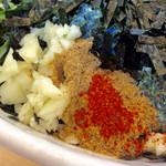 担々麺はなび - ニンニク(有無の指定可能)、魚粉などのアップ。