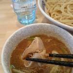 中華そば モンド - つけ麺のスープに角煮が。