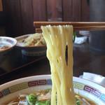 国分寺うまか飯店 - 中太麺です。