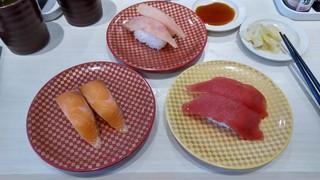 魚べい 函館本通店 - びん長まぐろ(上)、サーモン(左下)、まぐろ(右下)。1貫ずつ岩塩と醤油で食べました。