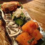 炭火焼肉 名玉 - キムチ三種
