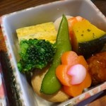 鮨 有楽 - ◆共通:こちらの箱には「玉子焼き」「飛竜頭の煮物」「茹で海老」「かぼちゃの煮物」「肉団子」など。 どれも優しいお味付