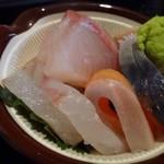 鮨 有楽 - ◆お刺身・・量が多いので、もう少し大きめに器にされた方がいいような・・ 「鮭」「カンパチ」「鯖」が盛合されています。