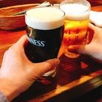 65929904 - 乾杯のギネスと生ビール