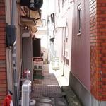ジャイ - この通路の奥にお店があります。