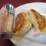 こまどり - 餃子は爪楊枝入れ・醤油差しと同じサイズ