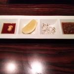 コーナーズグリル - 4種のソース ガーリック、塩、レモン、フォースラデイッシュ