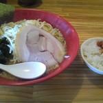 味噌の金子 - 料理写真:「赤の味噌ラーメン(¥700)」とキムチONザ・ライス