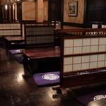 伝承の味処 無限堂 - 店内の座敷テーブル席