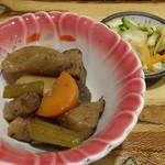松本くろ門 - 山賊や定食(880円)の小鉢と漬物