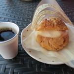 ケーキファクトリー・ホイップ - 料理写真:シュークリームとサービスのアイスコーヒー