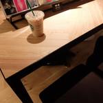 スターバックス コーヒー 銀座 蔦屋書店 - 本棚仕切りカウンター席