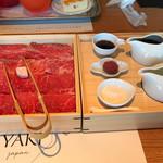 ホワイトイン高崎 スラッシュカフェ - お肉は、赤身とロース。右は、左上から、関西風のタレ、梅干し、和三盆、割り下と、出汁。