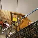 山本商店 - 階段を下りると