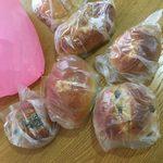 65953972 - ピンクの袋とパンたち