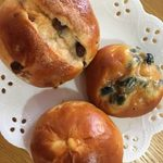 シープ・シープ - レーズンパン(上)、黒豆パン(中)、オレンジパン(下)
