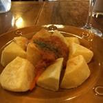 Barta - ポテトのピリ辛ソースみたいなやつ。食べ物は高めで少なめだけど、ハッピーアワーはいい感じ!