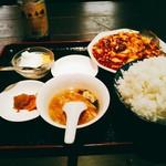 餃子・王 - ピントがずれててすみません。マーボー豆腐定食(税込650円)+ご飯大盛(50円)=700円