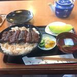 Unaginokyourakuken - うなぎかさね税込3300円です。ご飯の上で一匹、中に三分の一?肝吸い、フルーツ付きです。