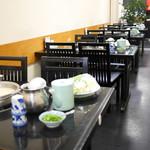 水たき 長野 - 店内 テーブル席 料理は既にスタンバイ済