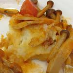 ピッコロ コーヴォ - 若鶏モモ肉の下に敷かれたポテトサラダ