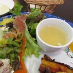 ピッコロ コーヴォ - 玉子とチーズのスープ、自家製のドレッシングをかけたライスサラダ