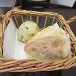 ピッコロ コーヴォ - 自家製パン2種、ワカメの揚げパンのゼッポリーニとフォカッチャ