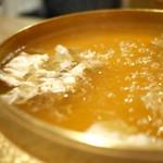 黒豚料理 あぢもり - グツグツと沸騰した鍋に投入!
