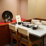 黒豚料理 あぢもり - 店内 テーブル席