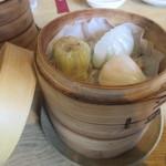 中国食彩館 龍の髭 - 一段め。海老餃子、ニラ餃子、焼売かな?