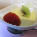 中国食彩館 龍の髭 - デザートのプリン、パイナップルとキウイ。果物は消化酵素のあるものを選んでいるのかな。飾り切りに微笑。