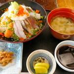 平野鮮魚 - 海鮮丼¥900。小鉢・香物・お味噌汁がついていて、コスパ最高です!