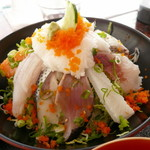平野鮮魚 - 海鮮丼アップ。この日は、サーモン・イカ・コノシロ・鰹等でした。