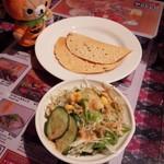 シリジャナ - 前菜?のおせんべいみたいなのとサラダ。