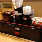 金沢まいもん寿司 - お茶用のマドラーも準備されてます