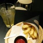大地のフリット - ポテトとアップルジュース  ディップは完熟ケチャップ