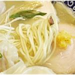中華そば 虎桜 - スベスベで食べてて気持ちの良い麺です。