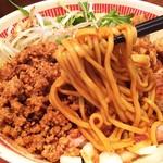 麺屋ほぃ - 1704_麺屋ほぃ_ほぃの肉盛まぜそば@950円 麺リフト