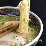 あじさい - お店一番人気 透き通った清湯スープが美味しい『味彩塩拉麺』