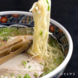 お店一番人気透き通った清湯スープが美味しい『味彩塩拉麺』